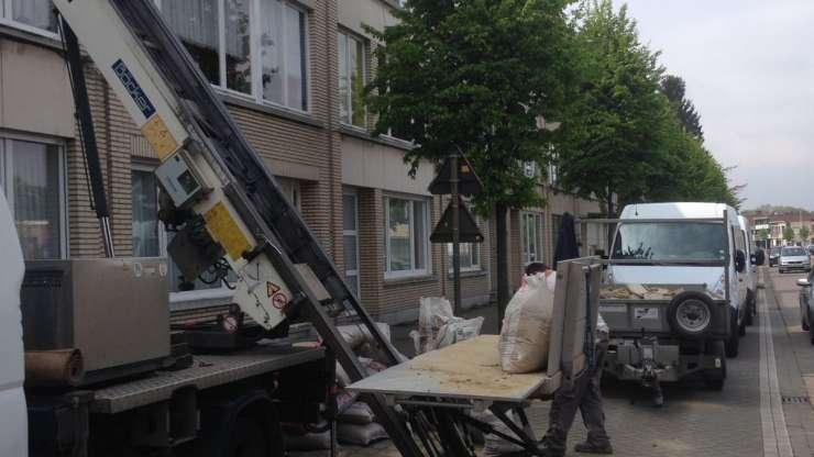 Optillen van bouwmaterialen met onze Ladderlift